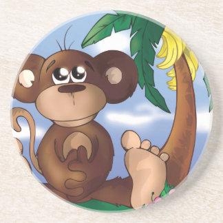 バナナの木の隣に坐っているかわいく小さい猿 コースター