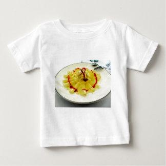 バニラアイスクリームが付いているパイナップル切れ ベビーTシャツ