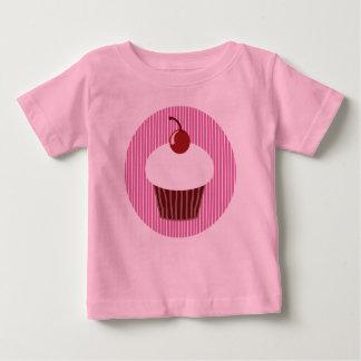 バニラカップケーキおよびピンクのストライプ ベビーTシャツ