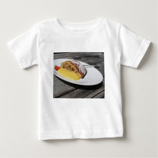 バニラクリームが付いているデリシャスのシュトルーデル ベビーTシャツ