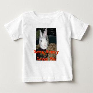 バニーは私を愛します! ベビーTシャツ