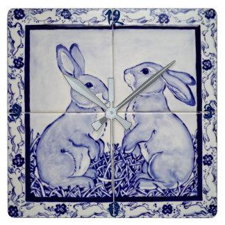バニーウサギのタイルの時計のDedham青および白い海軍 スクエア壁時計