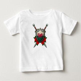 バラが付いている擦り切れたなウェールズの旗の盾そして剣 ベビーTシャツ