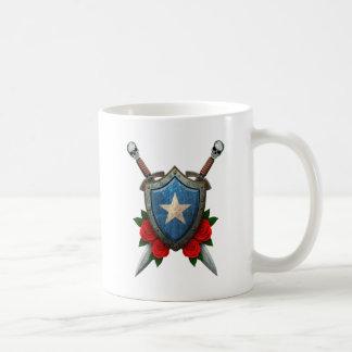 バラが付いている擦り切れたなソマリアの旗の盾そして剣 コーヒーマグカップ