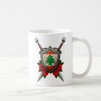 バラが付いている擦り切れたなレバノンの旗の盾そして剣 コーヒーマグカップ
