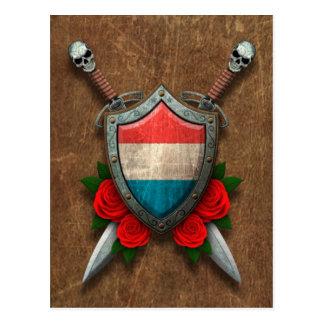 バラが付いている老化させたルクセンブルクの旗の盾そして剣 ポストカード