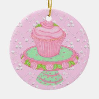 バラのオーナメントが付いているぼろぼろのピンクのカップケーキ セラミックオーナメント