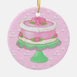 バラのオーナメントが付いているぼろぼろのピンクのケーキ セラミックオーナメント
