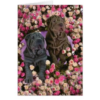 バラのベッドのかわいいSharのpeiの子犬 カード