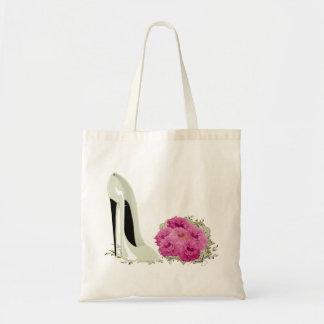 バラの結婚式の小剣の靴そして花束 トートバッグ