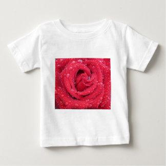 バラの花の花の花びらの水滴 ベビーTシャツ