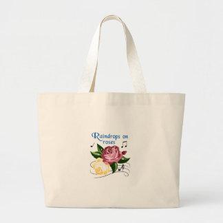 バラの雨滴 ラージトートバッグ