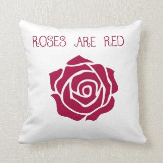 バラは赤い装飾用クッションです クッション