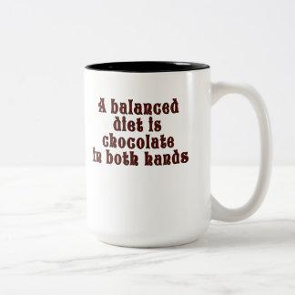 バランスの取れた食事は両方の手のチョコレートです ツートーンマグカップ