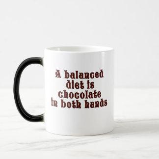 バランスの取れた食事は両方の手のチョコレートです マジックマグカップ