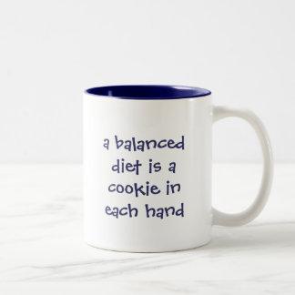 バランスの取れた食事は各手のクッキーです ツートーンマグカップ