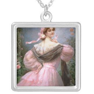 バラ園の上品な女性 シルバープレートネックレス