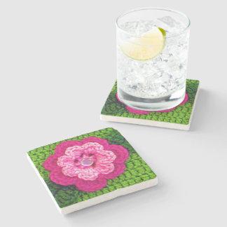 バラ色のピンクの花の田園国の緑のかぎ針編み ストーンコースター