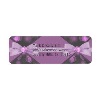 バラ色のピンクの《写真》ぼけ味ライト、リボン及び弓結婚式 ラベル