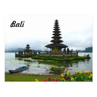 バリ島、インドネシア- Pura Ulun Danuの湖Bratan ポストカード