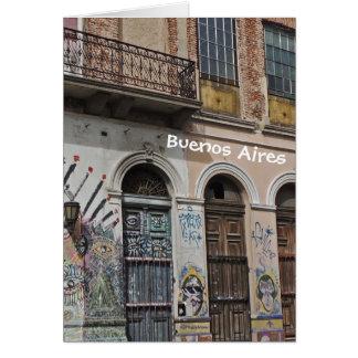 バルコニーの落書き及びドアが付いている古い建物 カード
