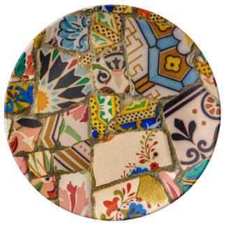 バルセロナスペインのParc Guellのタイル 磁器プレート