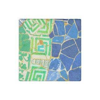 バルセロナスペインのParc Guellの緑のタイル ストーンマグネット