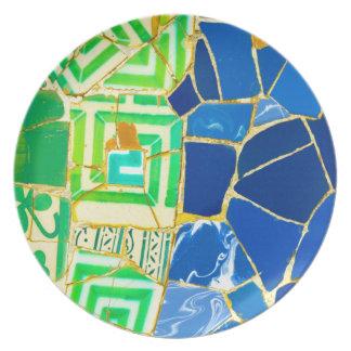 バルセロナスペインのParc Guellの緑のタイル プレート