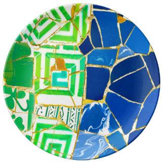 バルセロナスペインのParc Guellの緑のタイル 磁器プレート