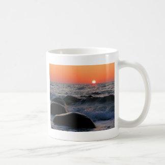 バルト海の海岸の日没 コーヒーマグカップ