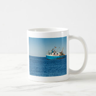 バルト海の海岸の漁船 コーヒーマグカップ