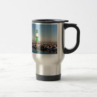 バルト海の海岸の灯台 トラベルマグ