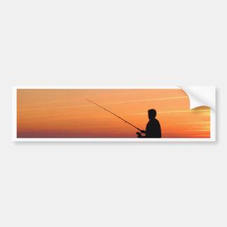 バルト海の海岸の釣り人そして日没 バンパーステッカー