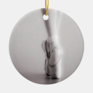 バレエPointeはセピア色の踊りのスリッパに蹄鉄を打ちます セラミックオーナメント