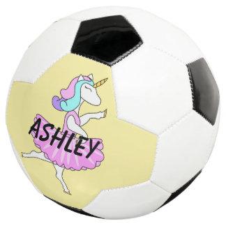 バレリーナのユニコーンのピンクの服のサッカーボール サッカーボール