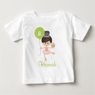 バレリーナの誕生日の幼児Tシャツのブルネット ベビーTシャツ