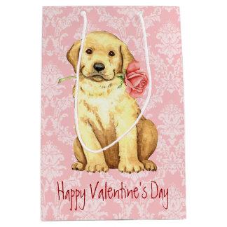 バレンタインのばら色のイエロー・ラブラドール・レトリーバー ミディアムペーパーバッグ
