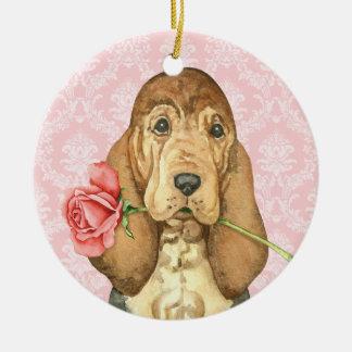 バレンタインのばら色のブラッドハウンド 陶器製丸型オーナメント