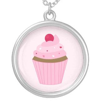 バレンタインデーのピンクのカップケーキ シルバープレートネックレス