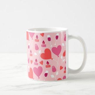 バレンタインデーのピンクの赤いハートはパターンを風船のようにふくらませます コーヒーマグカップ