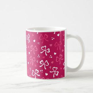 バレンタインデーのピンクの赤いリボンのハートパターン コーヒーマグカップ