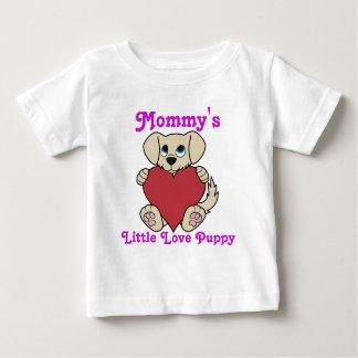 バレンタインデーの赤いハートを持つかわいいタンの小犬 ベビーTシャツ