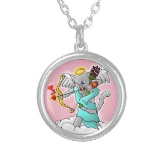 バレンタインデーのSmokeyの灰色のキューピッド猫 シルバープレートネックレス