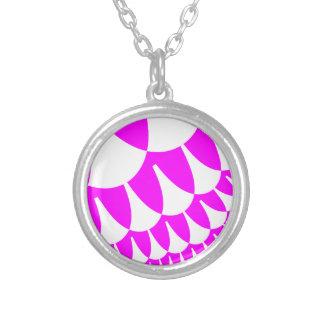 バレンタインデーは銀によってめっきされたネックレスをはかりで測ました シルバープレートネックレス
