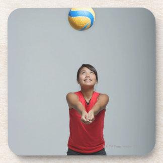 バレーボールと遊んでいる若い女性 コースター