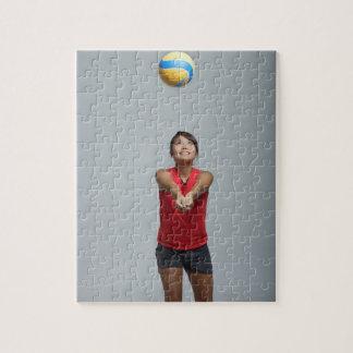バレーボールと遊んでいる若い女性 ジグソーパズル