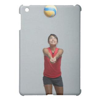 バレーボールと遊んでいる若い女性 iPad MINIケース