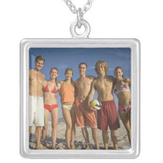 バレーボールのビーチで提起している友人 シルバープレートネックレス