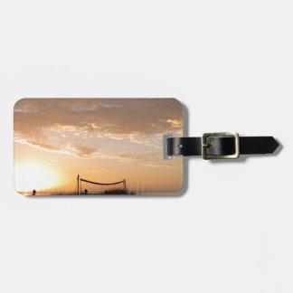 バレーボールの純日没のビーチ ラゲッジタグ