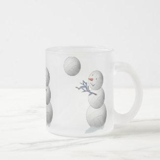 バレーボールの雪だるまのクリスマス フロストグラスマグカップ